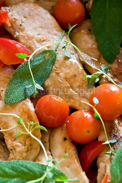 Błyskawiczny kurczak zapiekany z papryką i szałwią