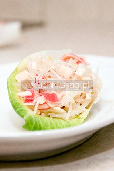 Krab z makaronem chińskim na liściach cykorii