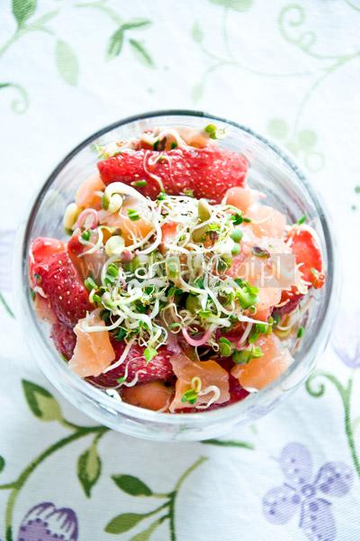 Sałatka z łososiem i truskawkami