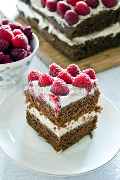 Ciasto czekoladowe z kremem kawowym i malinami